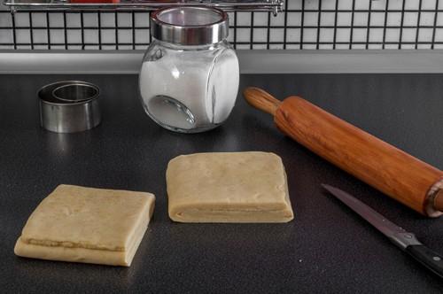 Готовото бързо многолистно тесто, разделено на две равни части