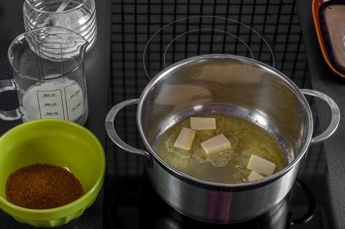 Маслото се разтопява в тенджерка