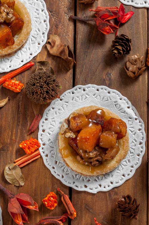 Тарталети от бързо многолистно тесто с тиква, ябълки и карамелен сос