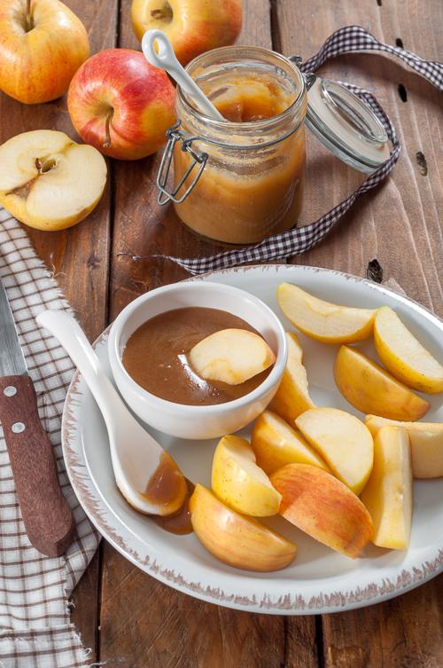 Карамелен сос, в който се топят резени ябълки