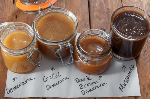 Карамелени сосове, приготвени с различни видове кафява захар