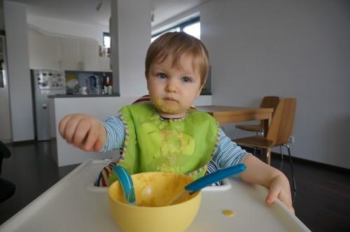 Даниел се храни сам