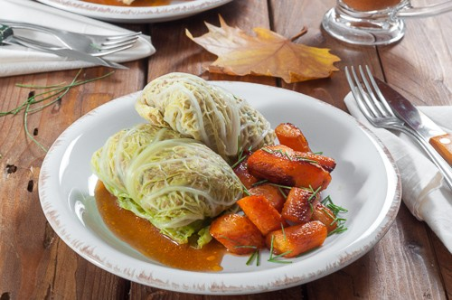 Сарми от савойско зеле със спелта, печени карамелизирани моркови и зеленчуков грейви сос