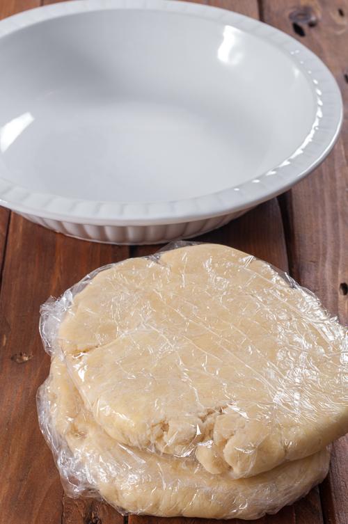 Подготвеното ронливо маслено тесто за охлаждане