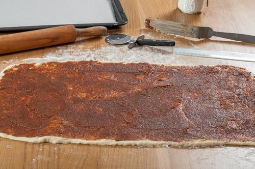 Разточеното тесто с нанесената плънка