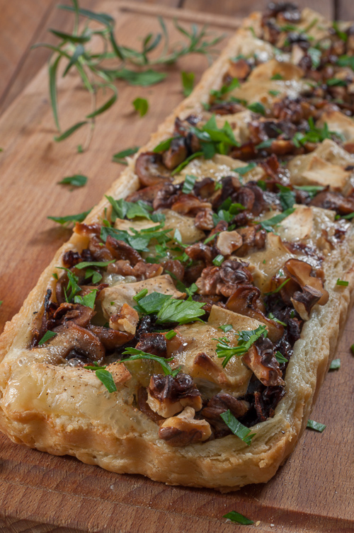 Тарт от бързо многолистно тесто с карамелизиран червен лук, гъби и бри