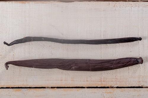 Горе - бурбонска ванилова шушулка; долу - таитянска ванилова шушулка