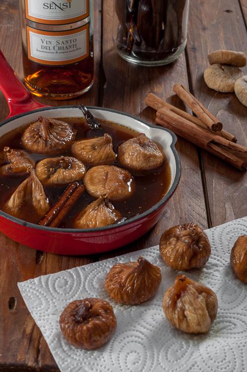 Отцеждане на накиснатите смокините в сиропа с Vin Santo