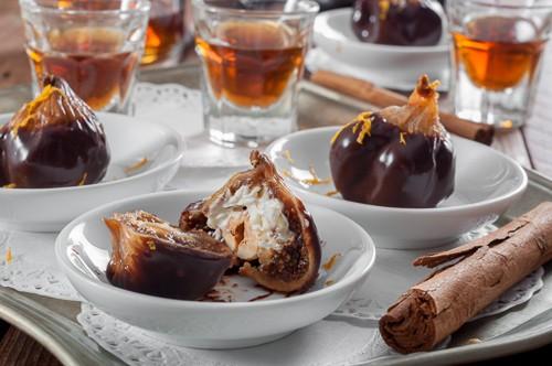 Сушени смокини в шоколад с пълнеж от крем с горгонзола и лешник