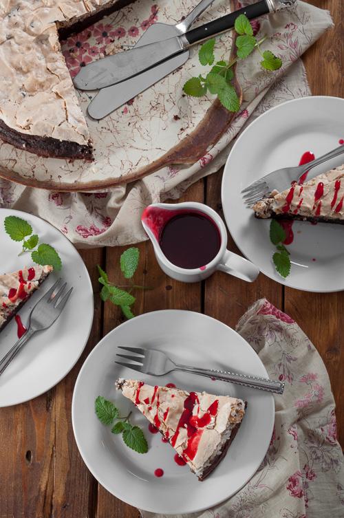 Шоколадов кейк с меренг, лешници и малинов сос