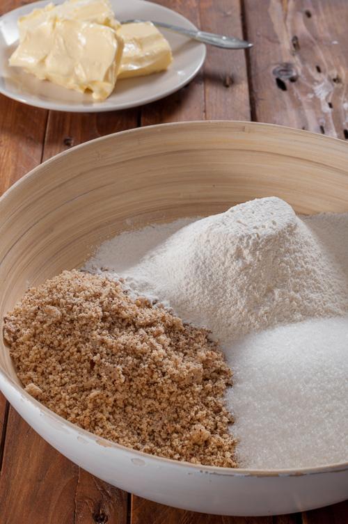 Приготвяне на тестото за лешниковите курабии