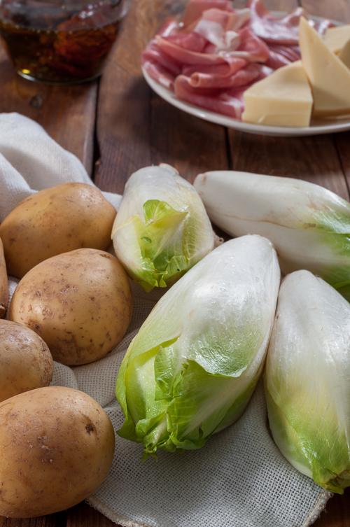 Цикория, картофи, сушени домати, прошуто и гауда