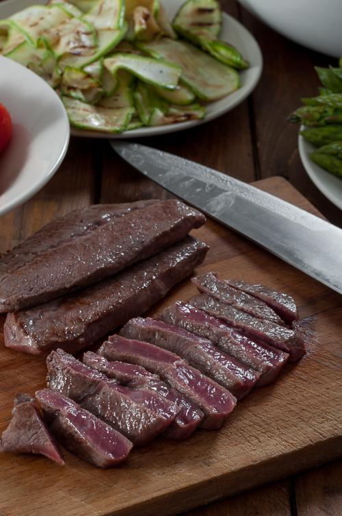 Приготвен и нарязан говежди стек от Black Angus