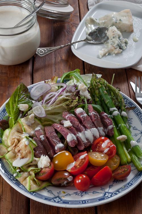 Богата лятна салата с говежди стек аламинут и дресинг със синьо сирене
