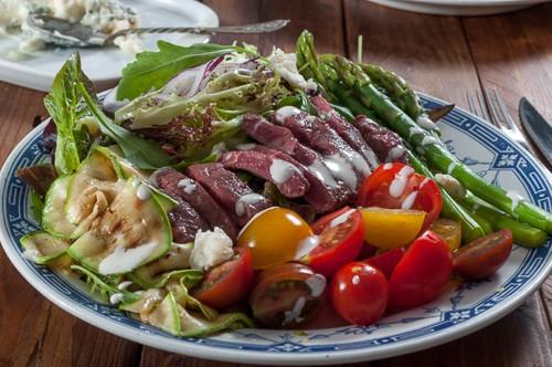 Богата лятна салата с говежди стек аламинут и два вида дресинг