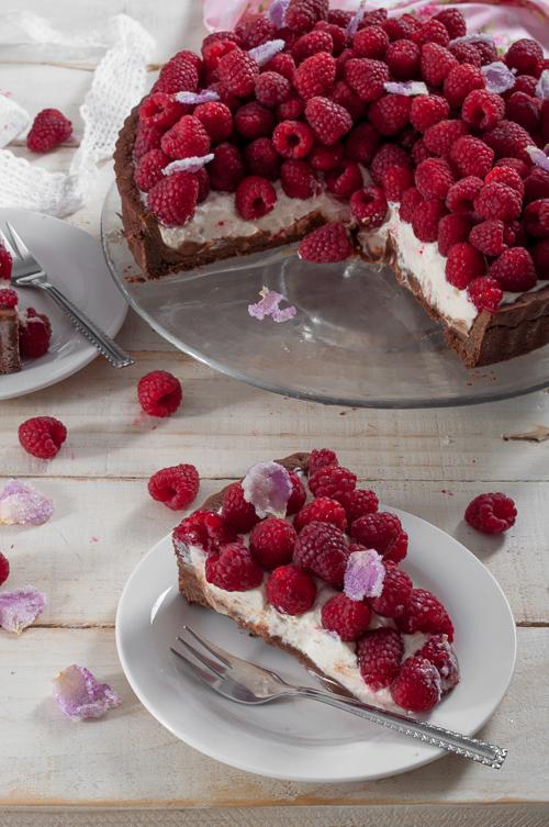Шоколадов тарт с маскарпоне, рози и малини