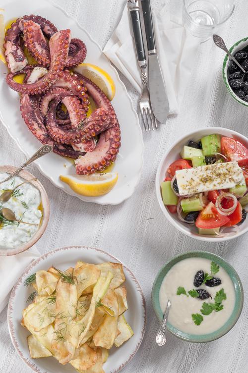 Маринован октопод, пържени тиквички и скордаля