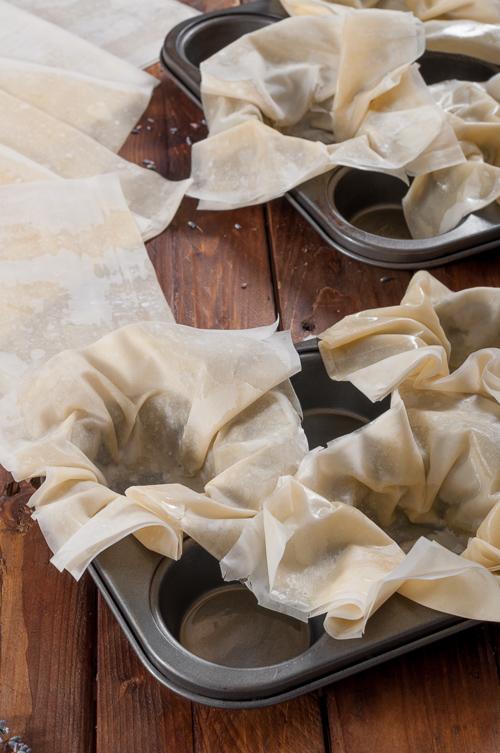 Подготвените кори в гнездада за мъфини