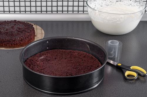 Едната половина на блата във формата, в която се сглобява тортата