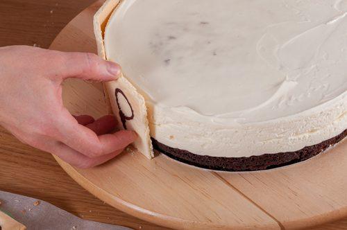 Квадратите пандишпан се залепват отстрани на тортата