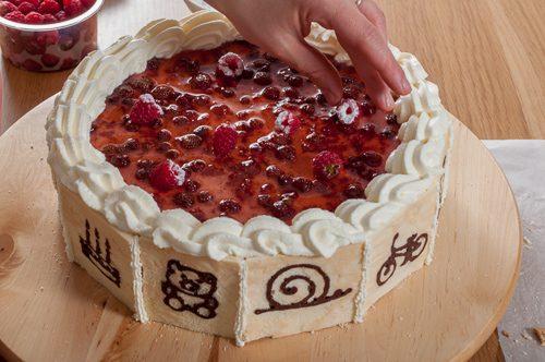 Декориране на тортата с пресни малини