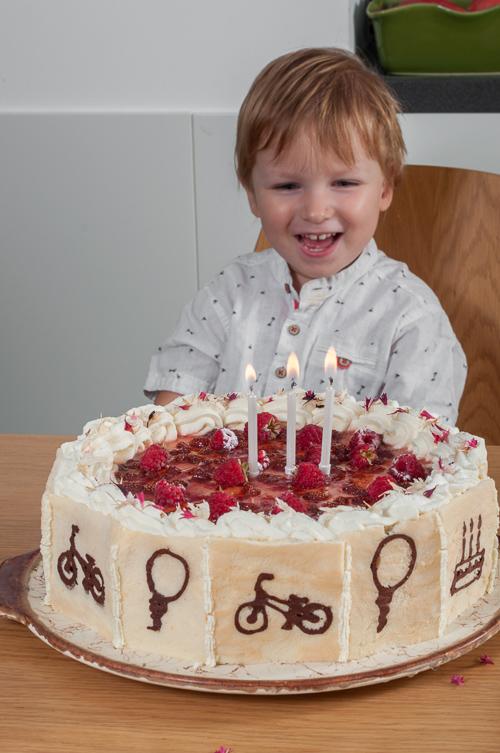 Даниел с тортата за третия си рожден ден