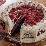 Шоколадова торта с мус от крем-сирене и сладко от горски ягоди или тортата за третия рожден ден на Даниел