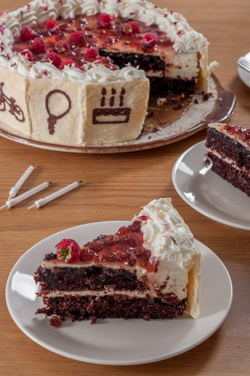 Шоколадова торта с мус от крем-сирене и сладко от горски ягоди