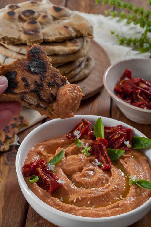 Хумус с бавно печени домати и бързи овесени питки на тиган