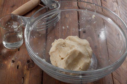 Приготвеното тесто за пая
