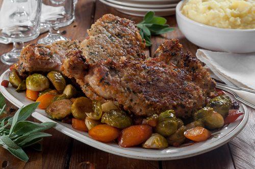 Мариновани свински котлети със салвия и хвойна и карамелизирани с кленов сироп брюкселско зеле и моркови