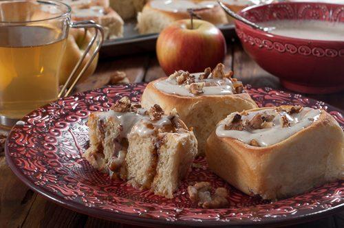 Канелени рулца с ябълки и глазура от крем-сирене