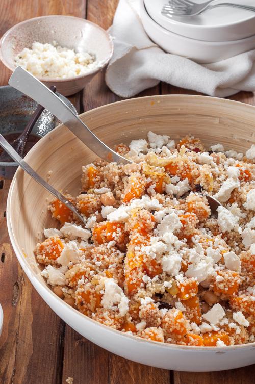 Салата с кускус, печена тиква с лук и червени боровинки