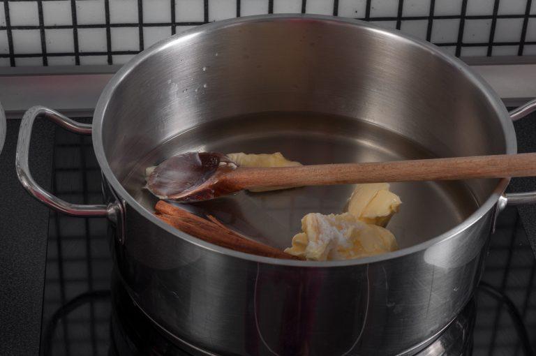 Смесените вода, масло, сол, канела и ванилия за тестото за чурос