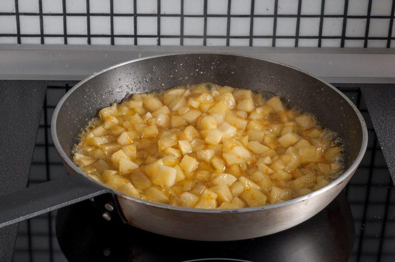 След добавените сок и кора от портокал към ябълките