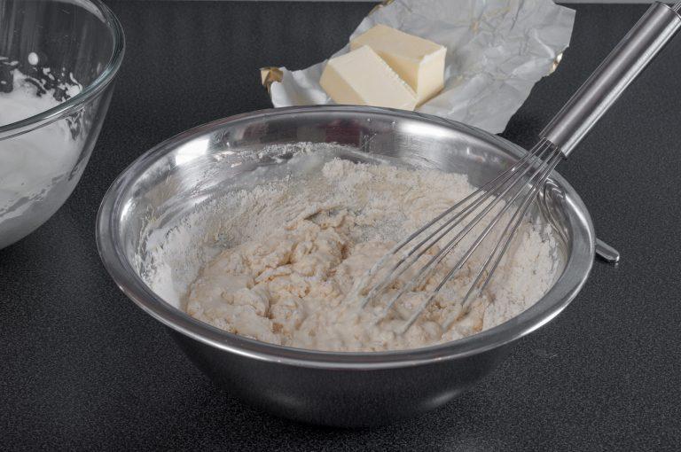 Смесване на сухите с течните съставки