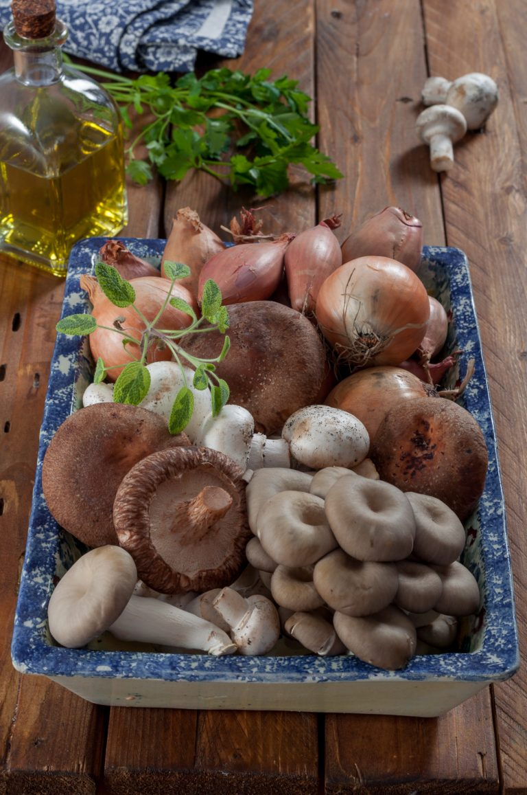 Бейби кладница, шийтаке и печурки за плънката за печено бри в многолистно тесто