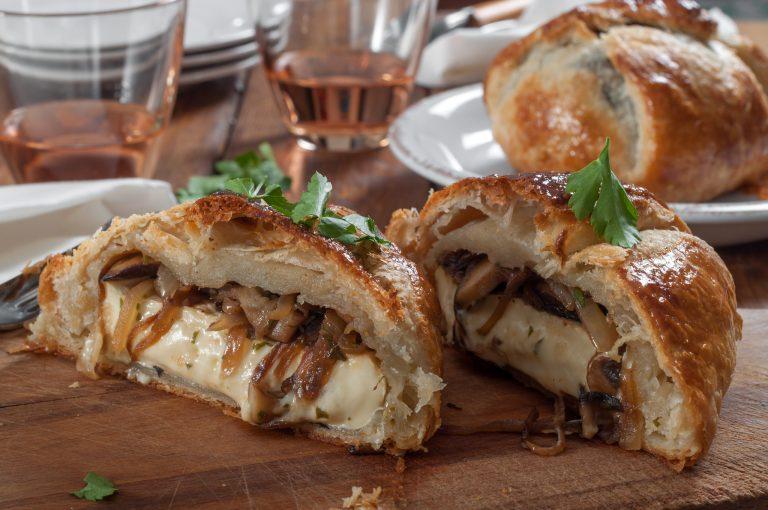 Печено бри с карамелизиран лук и гъби в кора от многолистно тесто и вариации със сладък вкус