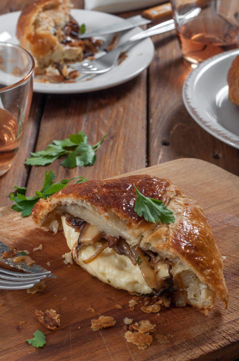 Печено бри с карамелизиран лук и гъби в кора от многолистно тесто