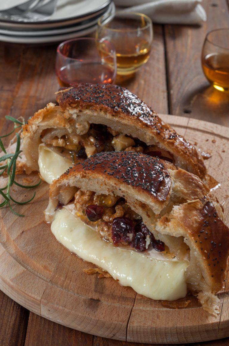 Печен камамбер със сладко от кайсии, сушени червени боровинки, орехи и розмарин в многолистно тесто