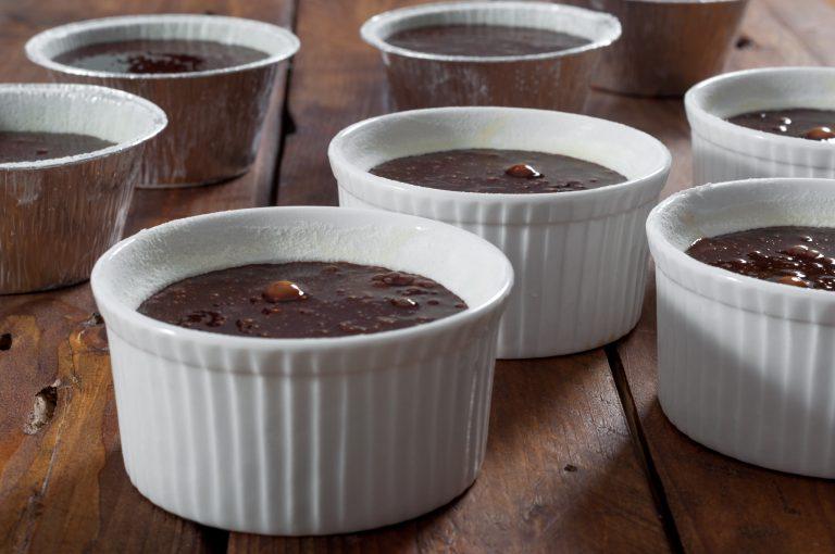 Шоколадово кексче с течен център, преди да се изпече