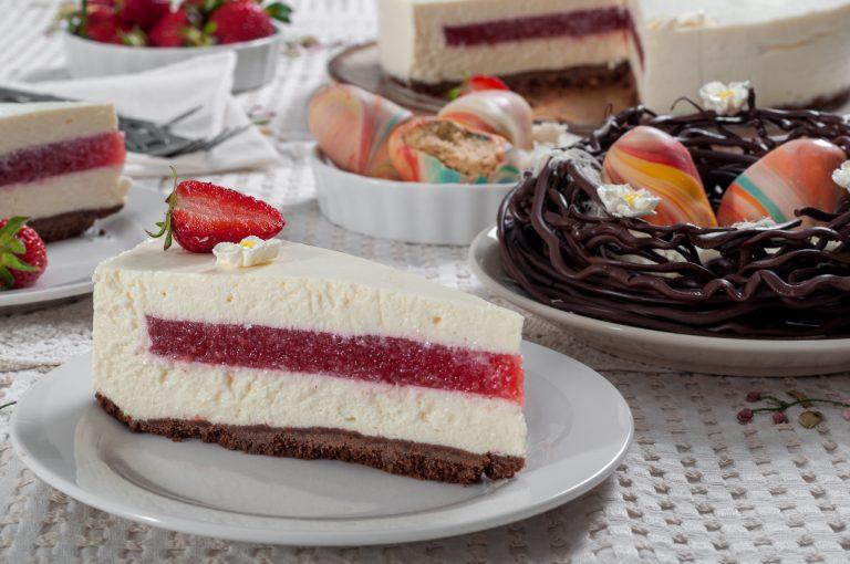 Чийзкейк с ягоди и великденска декорация