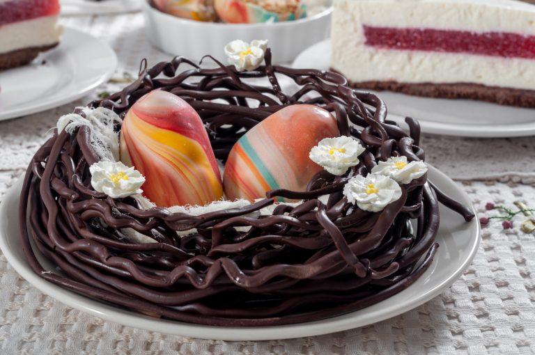 Шоколадово гнездо с великденска декорация