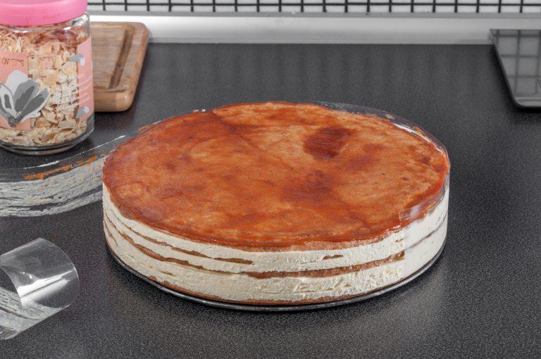 Тортата се подготвя за декорация