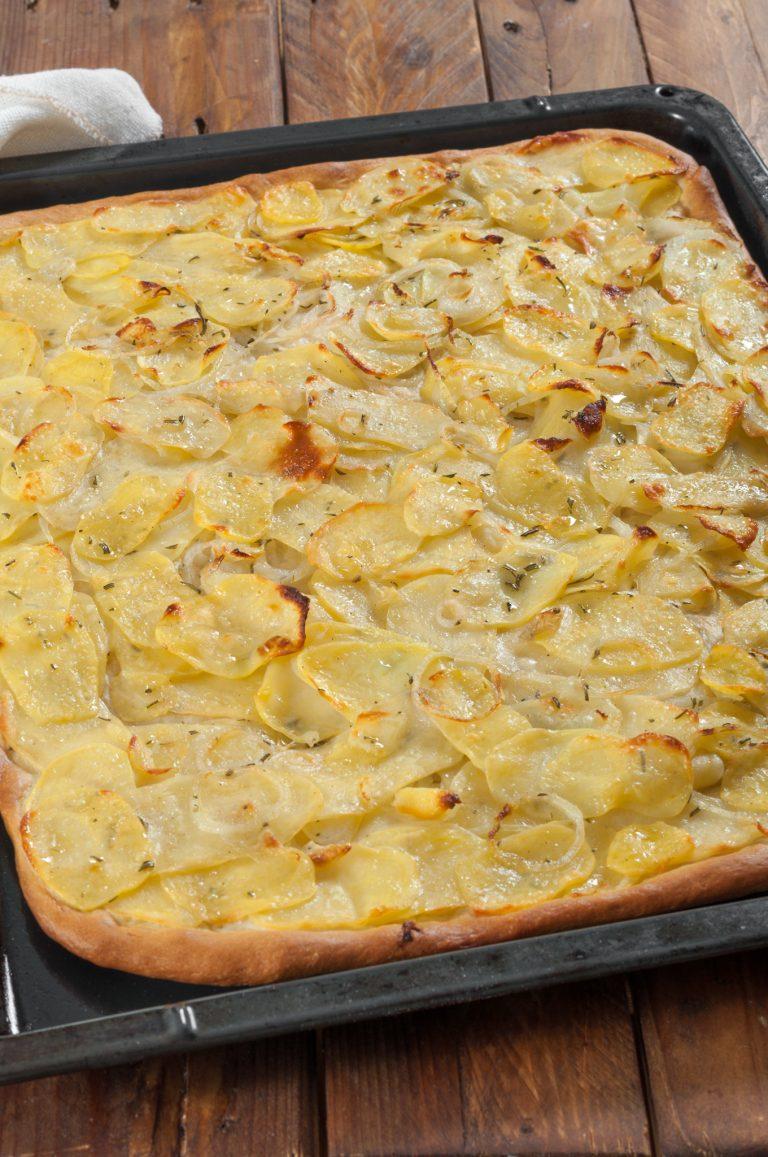 Изпечената пица с картофи и лук