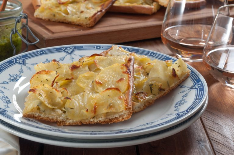 Пица с картофи и лук