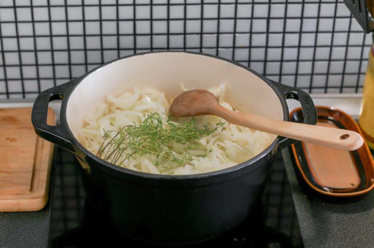 Лукът се готви на умерен към слаб котлон, докато се карамелизира