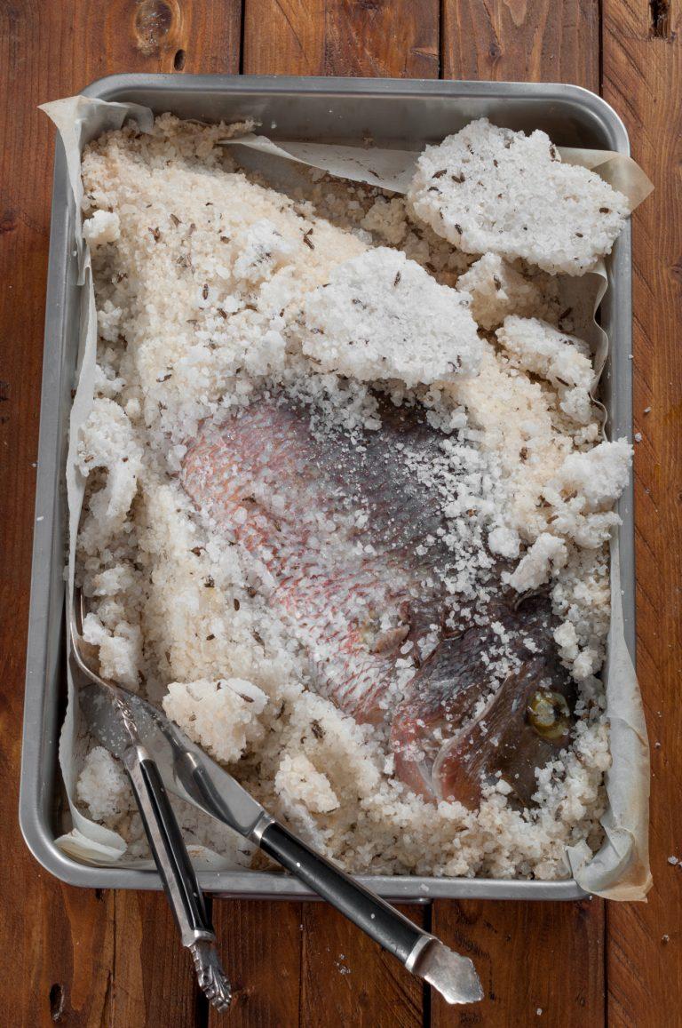 Изпечената в морска сол риба