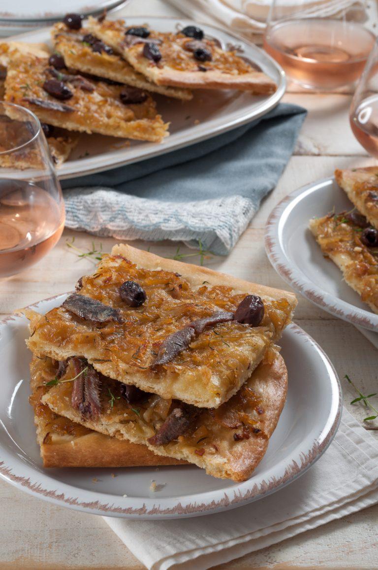 Писаладиер – провансалски тънък хляб с карамелизиран лук, аншоа и маслини