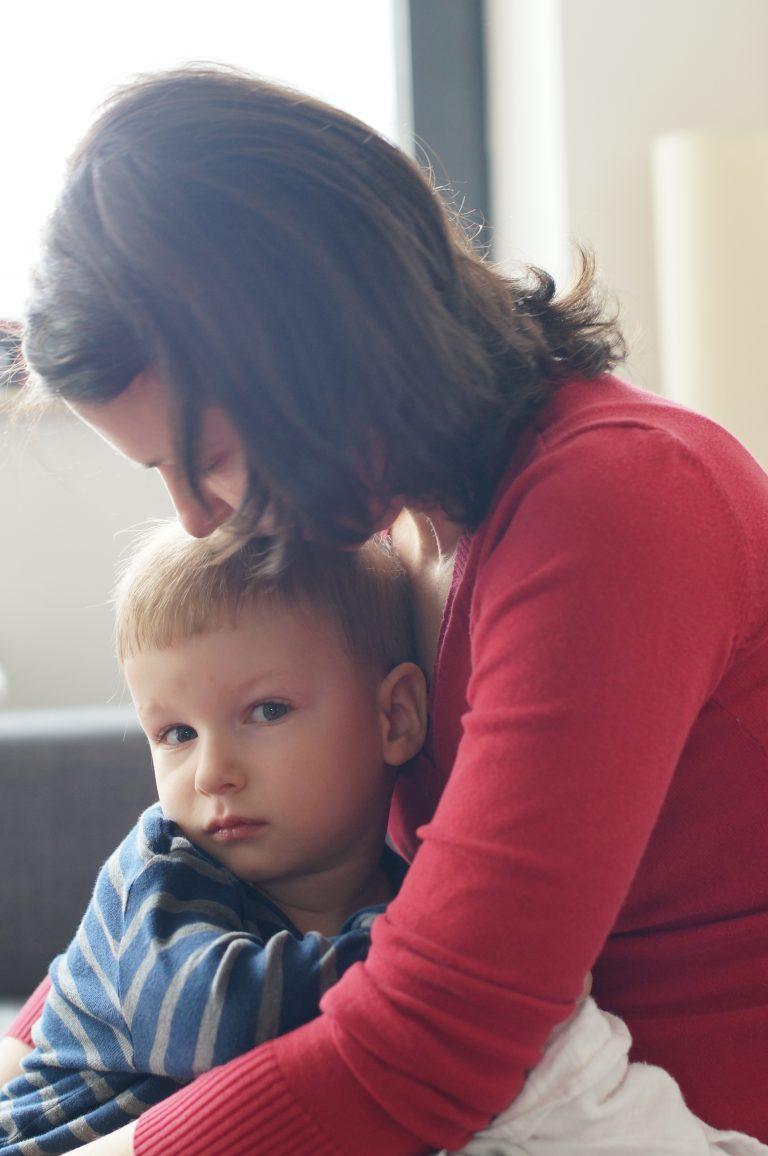 Търси утеха при мама
